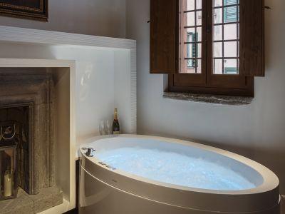 Gigli-d-oro-suite-Roma-suite-exclusive-2021-vasca-1