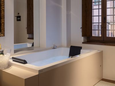 Gigli-d-oro-suite-Roma-suite-executive-2021-vasca-1
